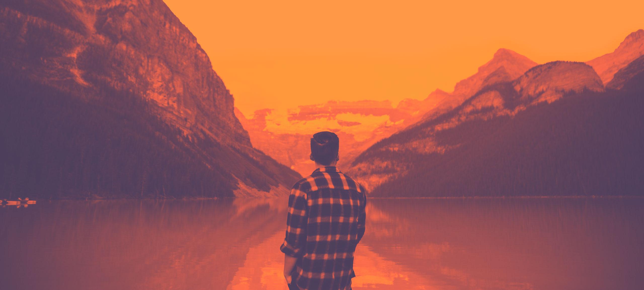 Person, die über den See ainfach in die Weite schweift.